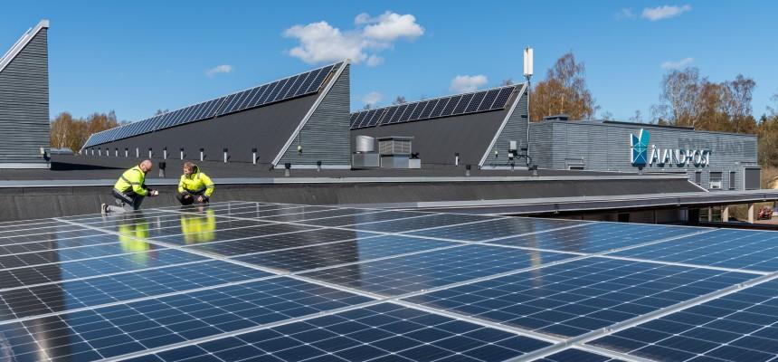 Taket på Sviby Postterminal med solpaneler.